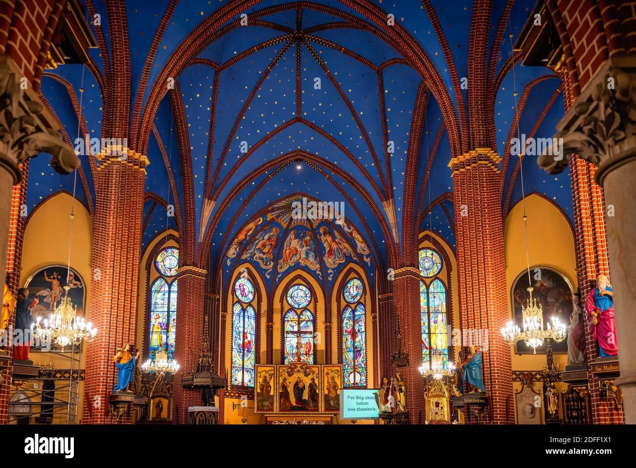 Szczecin, Pologne, juin 2019 magnifique intérieur et autel dans une basilique de moindre importance, paroisse catholique romaine de Saint-Jean-Baptiste, fondée en 1888 Banque D'Images