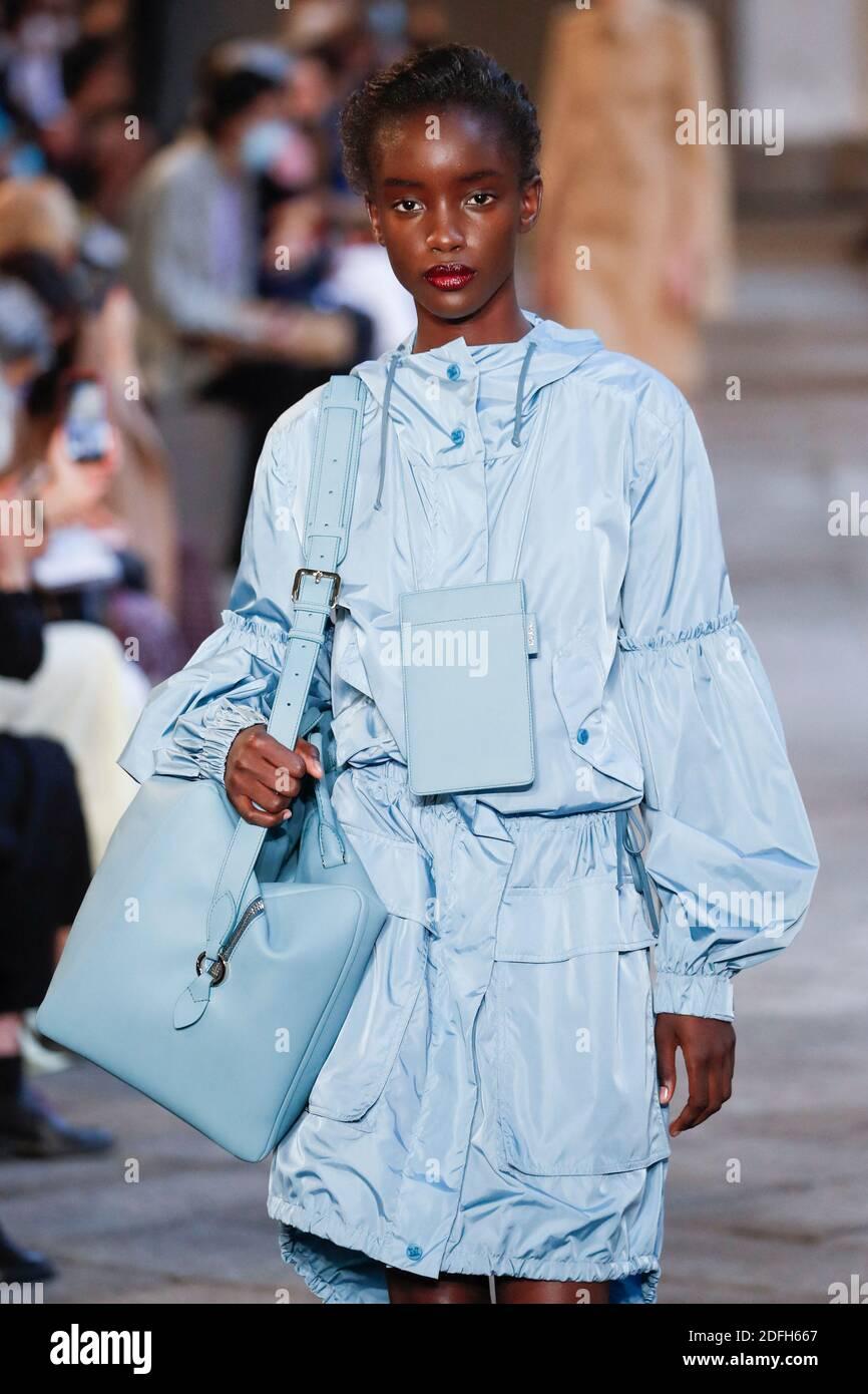 Des modèles défilent sur la piste du Max Mara lors de la semaine de la mode des femmes de Milan à Milan, en Italie, le 24 septembre 2020. Photo d'Alain Gil-Gonzalez/ABACAPRESS.COM Banque D'Images