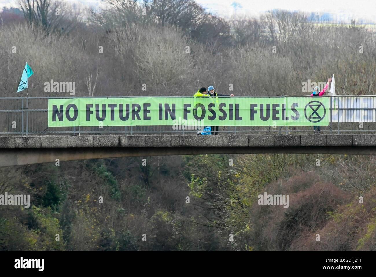 Plymouth Devon, Royaume-Uni. 5 décembre 2020. Extinction la rébellion contre le changement climatique proteste avec des bannières disant « aucun avenir dans les combustibles fossiles » sur un pont au-dessus de l'A38 à Plymouth dans le Devon. Il y a des manifestants qui ont des messages similaires sur le changement climatique sur un certain nombre de ponts au-dessus de l'A38 entre Exeter et Plymouth. Crédit photo : Graham Hunt/Alamy Live News Banque D'Images