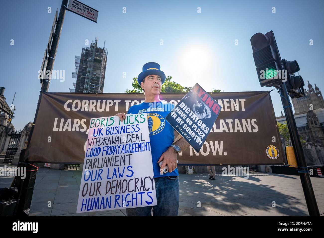 Steve Bray, anti-Brexiteer, poursuit cette journée de manifestations à Westminster qui ont révélé la corruption du gouvernement conservateur et exigé que le Royaume-Uni rejoigne l'UE. Londres, Royaume-Uni. Banque D'Images