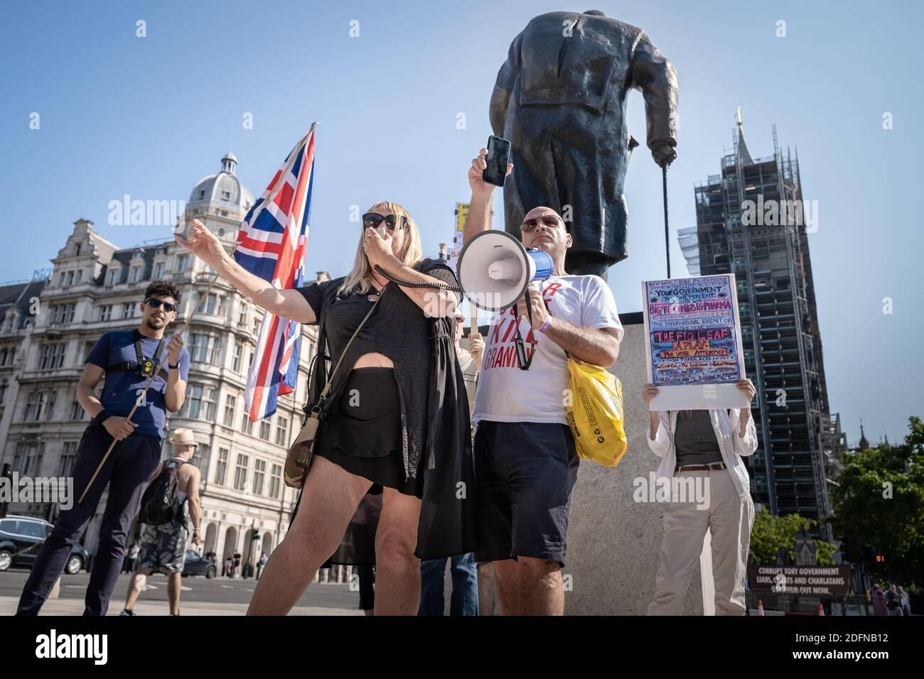 Coronavirus : manifestation anti-verrouillage sur la place du Parlement. Un petit rassemblement de manifestants anti-verrouillage du mouvement Stand-Up X se réunit sur la place. Banque D'Images