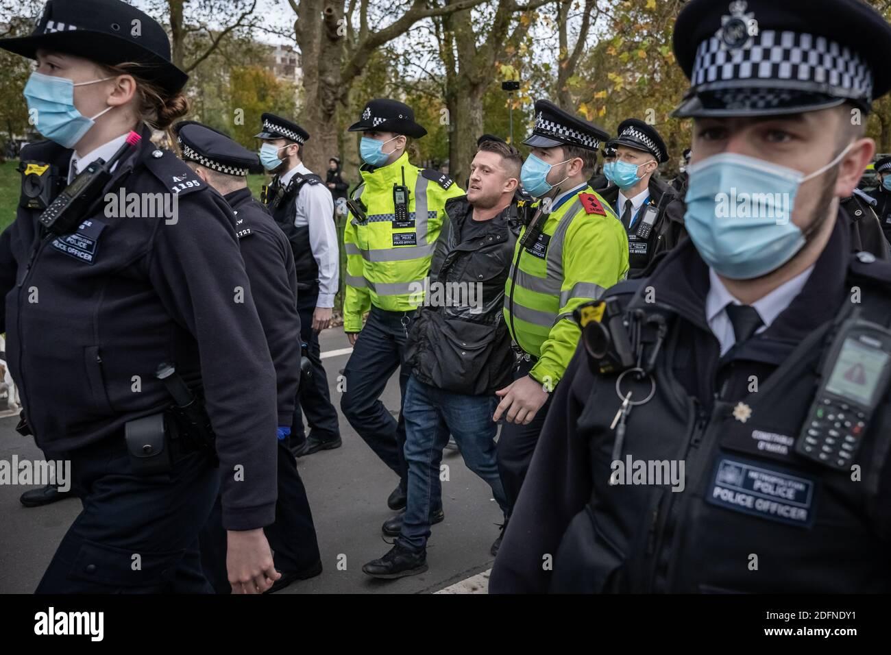 Tommy Robinson est arrêté au Speaker's Corner à Hyde Park après de nombreuses demandes de la police pour effacer le coin afin de faire respecter les distances sociales. Banque D'Images