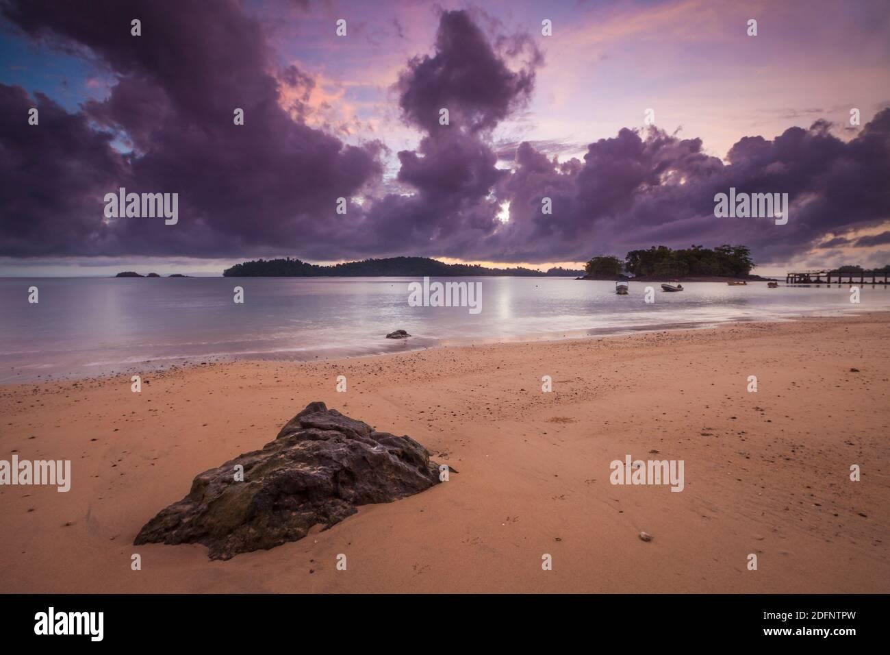 Tôt le matin à la plage à la pointe nord de l'île de Coiba, parc national de Coiba, côte du pacifique, province de Veraguas, République du Panama. Banque D'Images