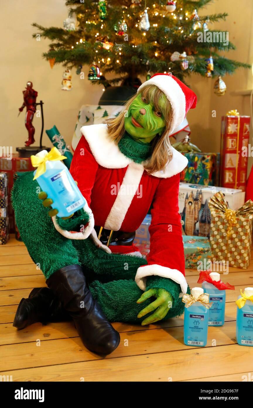 GEEK ART - Bodypainting et Transformaking: 'The Grinch Steals Christmas' photoshooting avec Maria Skupin comme Mme Grinch à la Villa Czarnecki à Hameln le 7 décembre 2020 - UN projet du photographe Tschiponnique Skupin et du peintre du corps Enrico Lein Banque D'Images