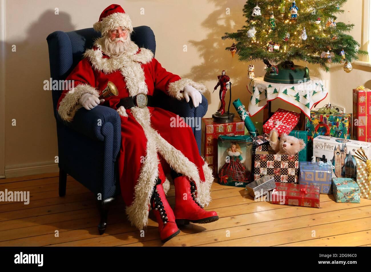 GEEK ART - Bodypainting et Transformaking: 'The Grinch Steals Christmas' photoshooting avec Fabian Zesiger comme Santa Claus à la Villa Czarnecki à Hameln le 7 décembre 2020 - UN projet du photographe Tschiponnique Skupin et du peintre du corps Enrico Lein Banque D'Images