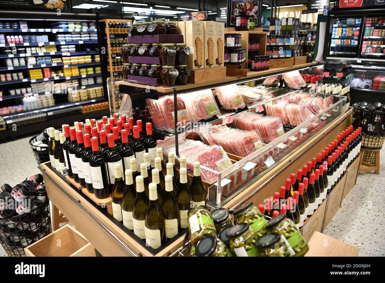 Marks & Spencer M&S Food Shop à Two Rivers, Staines, Surrey, jeudi 2 décembre 2020. Banque D'Images