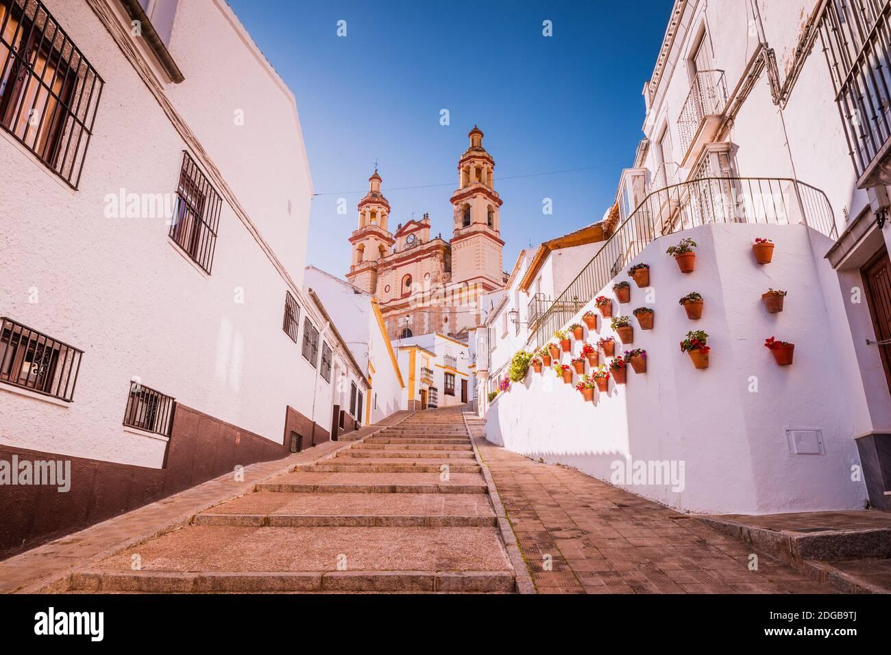 Calle calzada - rue Calzada, rue andalouse typique avec pots, en arrière-plan l'église notre-Dame de l'Incarnation. Olvera, Cádiz, Andal Banque D'Images