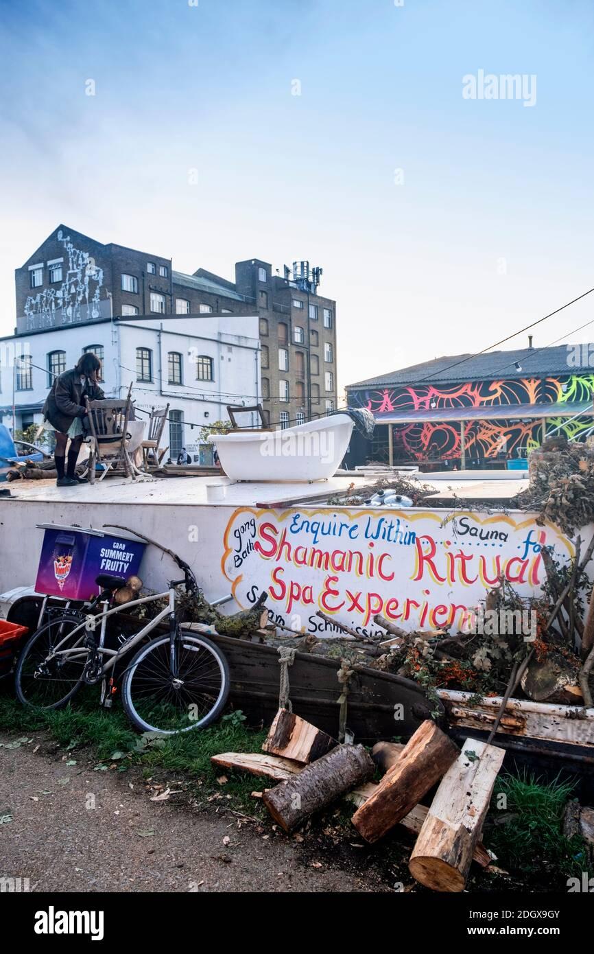 Local sur sa péniche à Lea Valley, Hackney, logement pauvre, bateau de rivière, conditions sociales, affaires, hippy, est de Londres, Royaume-Uni Banque D'Images