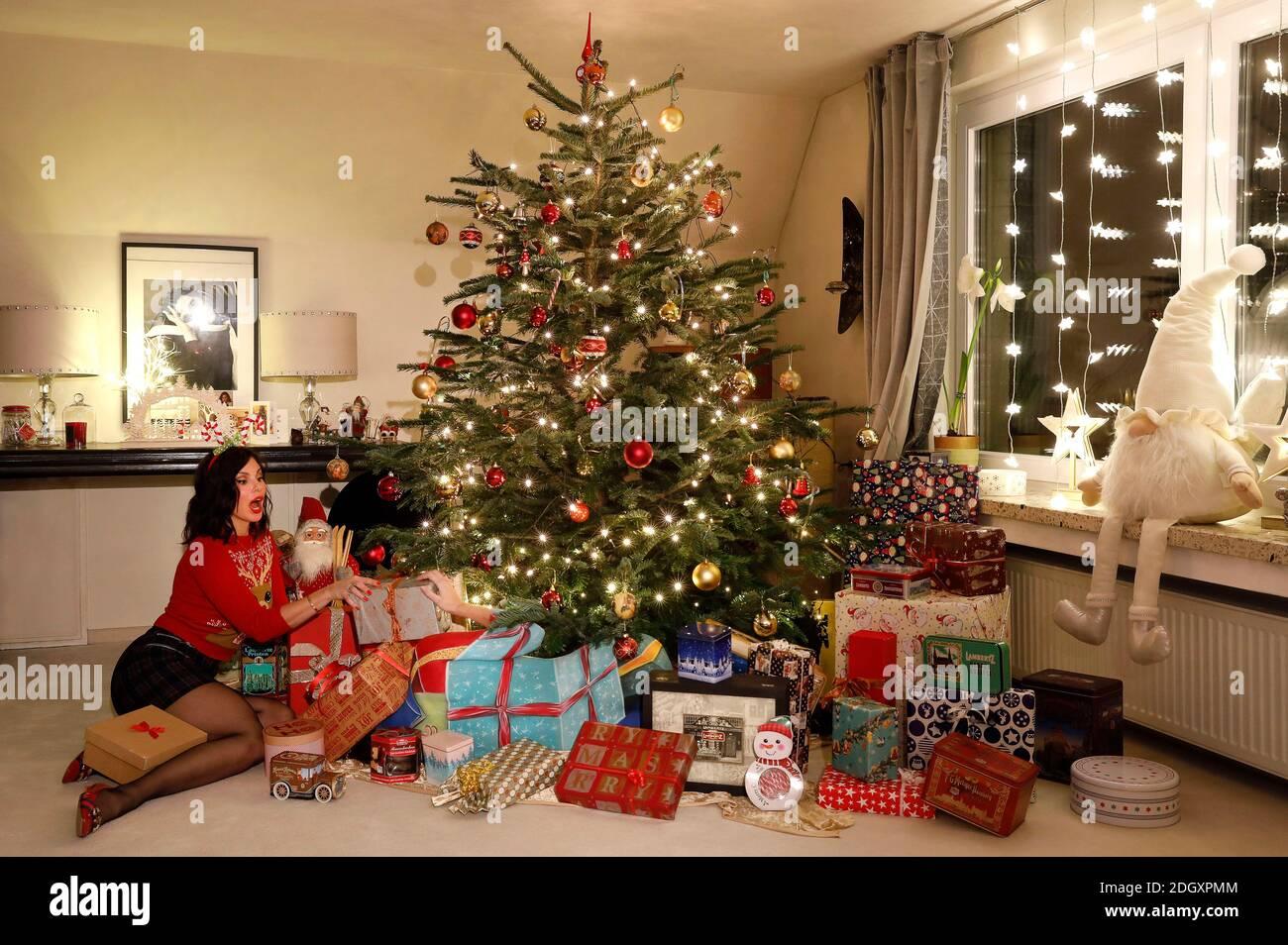 L'heure de l'arrivée avec Dany Michalski. Exclusivité de phototournage avec Dany Michalski et modèle Katey comme un paquet de Noël de bodypainbeck le 6 décembre 2020 - artiste de Bodypainting: Jörg Düsterwald Banque D'Images