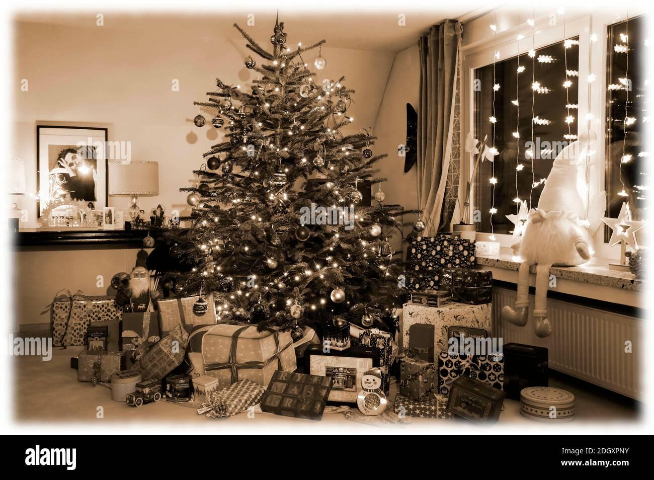 L'heure de l'arrivée avec Dany Michalski. Exclusivité de phototournage avec modèle Katey comme un paquet de Noël de peinture de corps à Einbeck le 6 décembre 2020 - artiste de peinture de corps: Joerg Duesterwald Banque D'Images