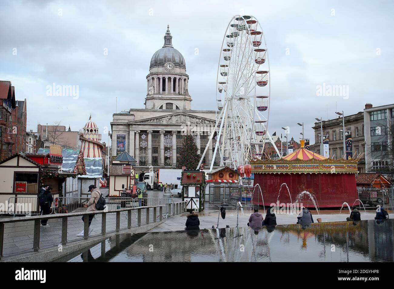 Vue sur le marché de Noël et les attractions de la place du Vieux marché, Nottingham, mercredi 2 décembre 2020. Banque D'Images