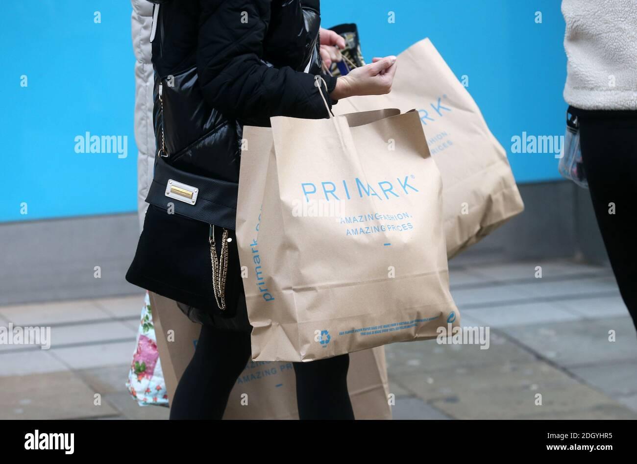 Primark Shoppers au Newcastle City Centre, mercredi 2 décembre 2020. Banque D'Images