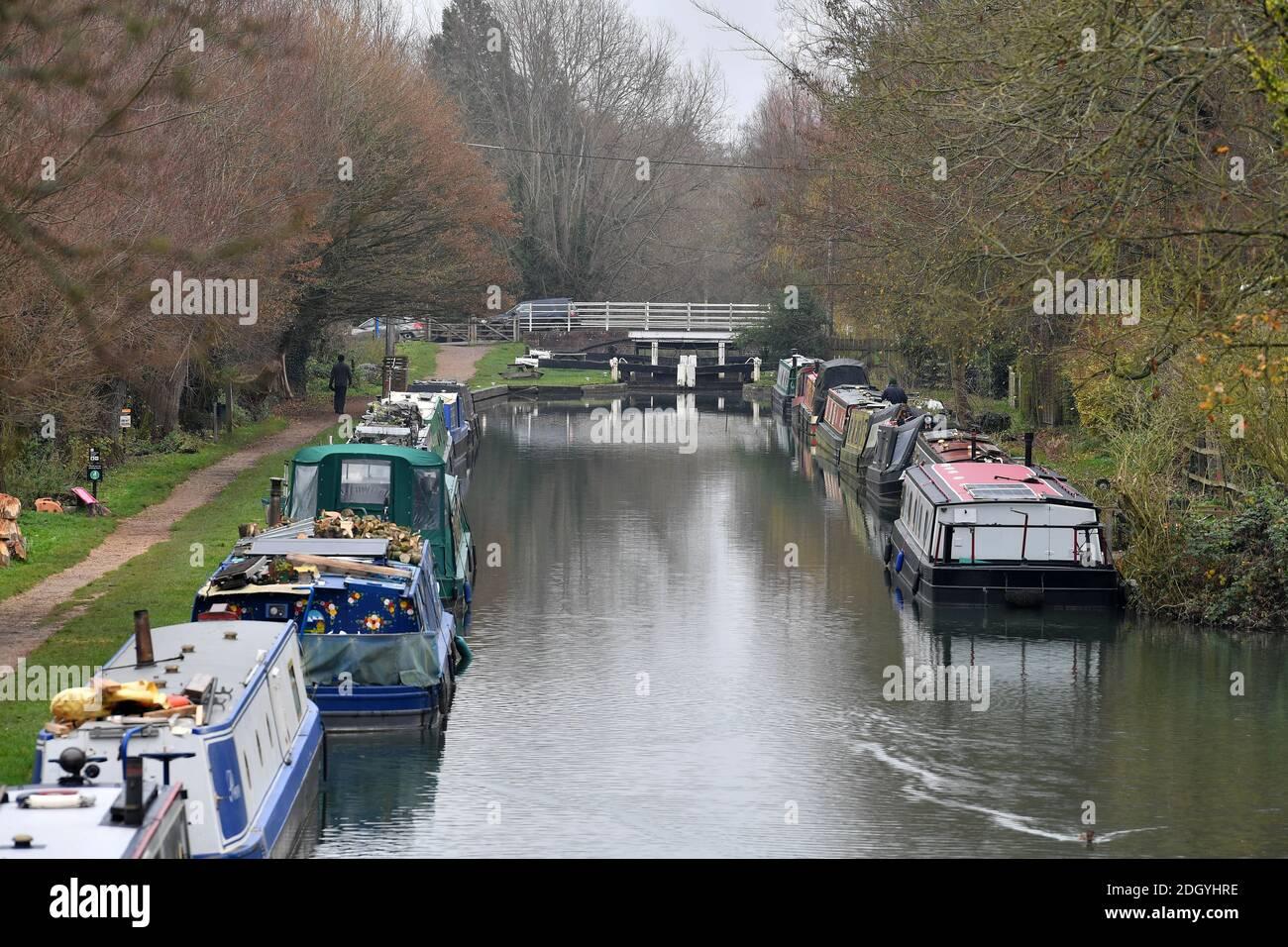 GV du village de Kintbury, près de Hungerford, Berkshire - River Kennett, mercredi 2 décembre 2020. Banque D'Images