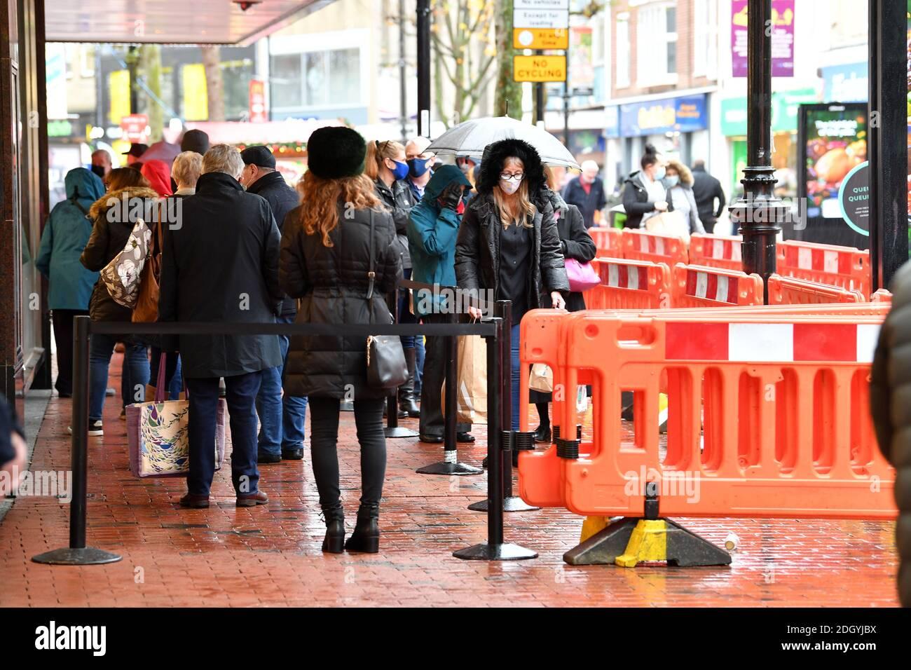 Scènes autour de Broad Street, Reading, Berkshire, le lendemain de la fin de Lockdown 2, jeudi 3 décembre 2020. Banque D'Images