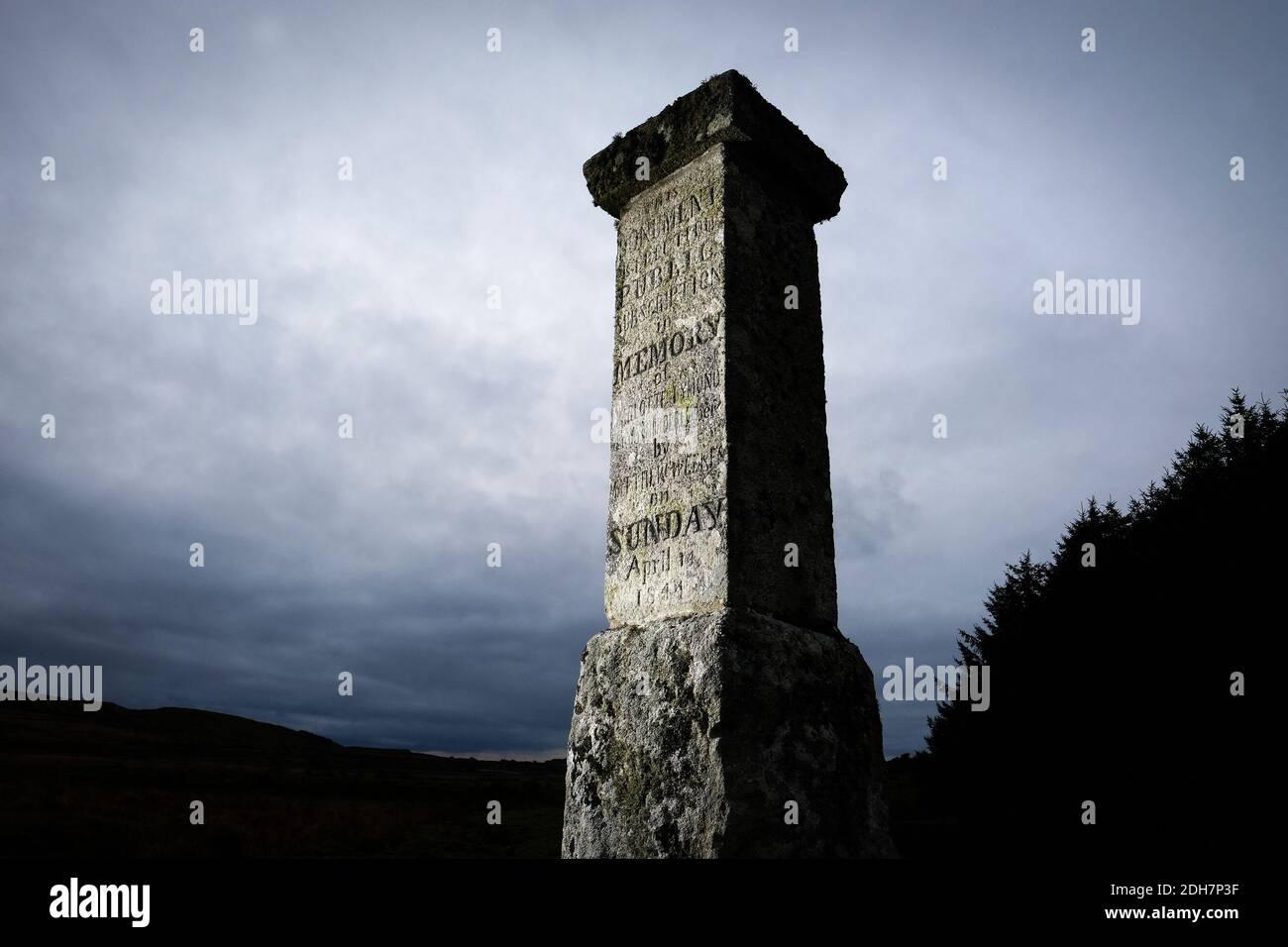 Un monument en dessous de la showery Tor et Rough Tor sur Bodmin Moor, dit pour marquer l'endroit où Charlotte Dymond a été assassinée en 1844.jeudi 12 novembre 2020. Banque D'Images