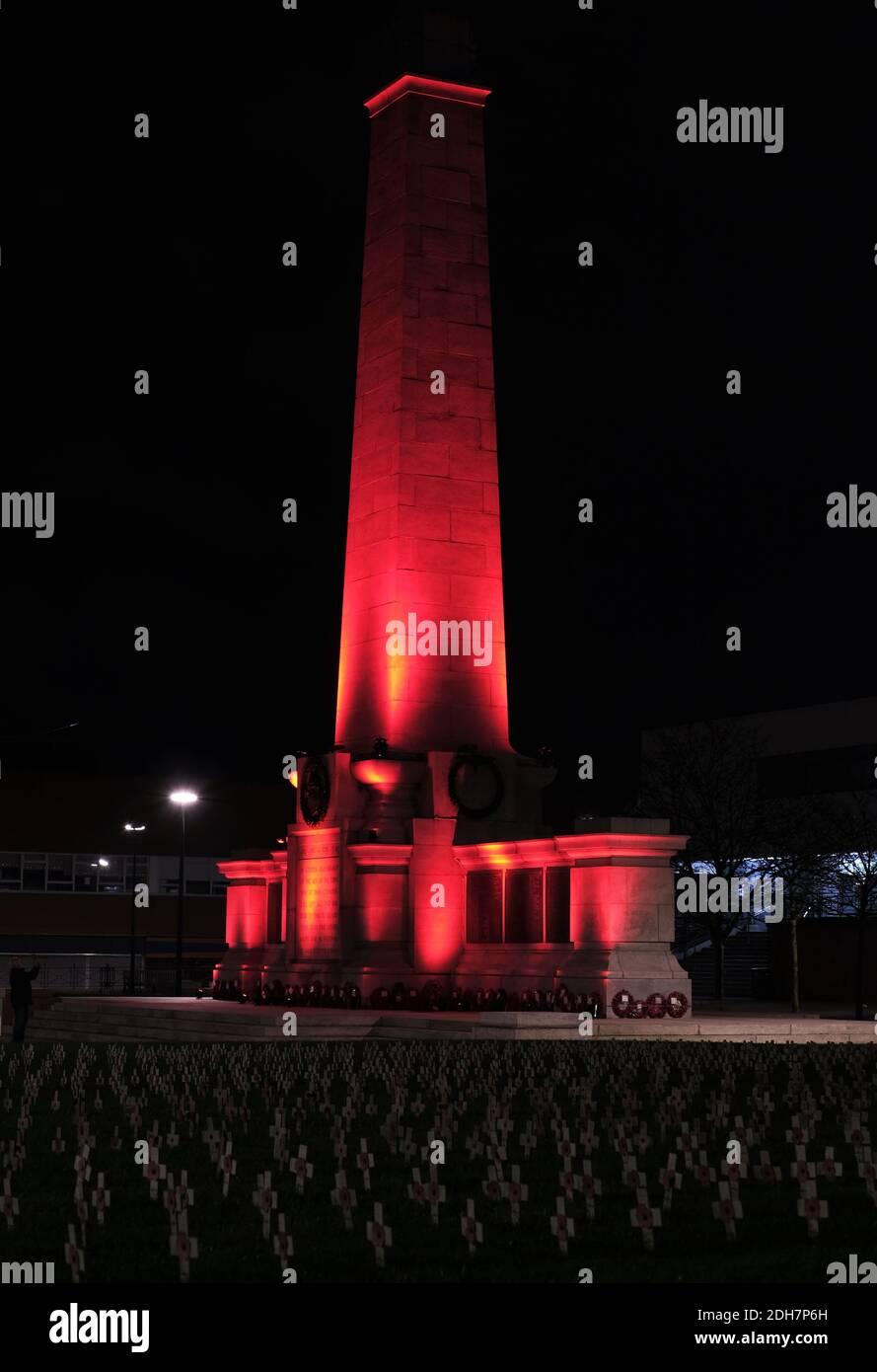 Les monuments de l'autre côté de Teesside sont devenus rouges pour marquer le jour du souvenir.Hartlepool Cenotaph Banque D'Images