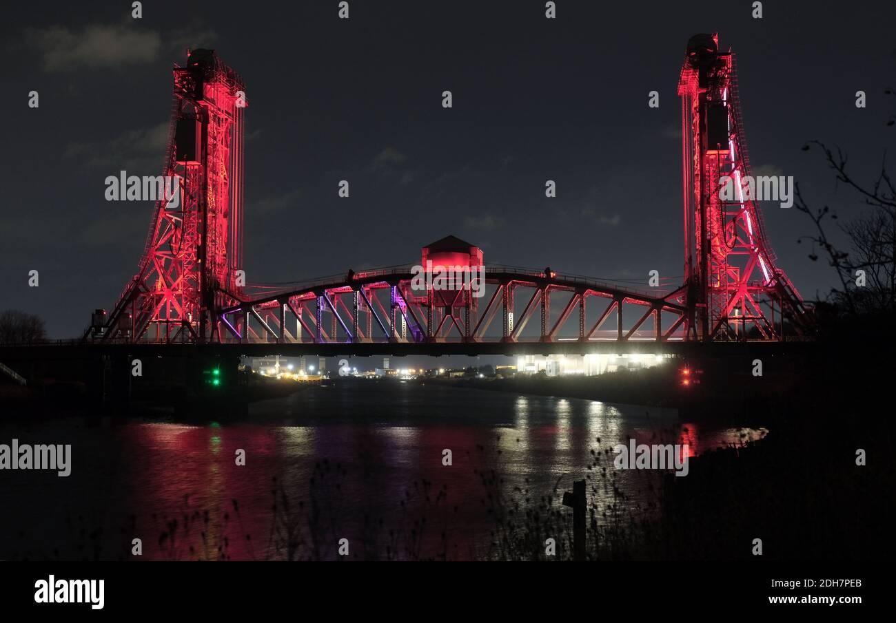 Les monuments de l'autre côté de Teesside sont devenus rouges pour marquer le jour du souvenir. Le pont de Newport au-dessus des Tees River. Banque D'Images