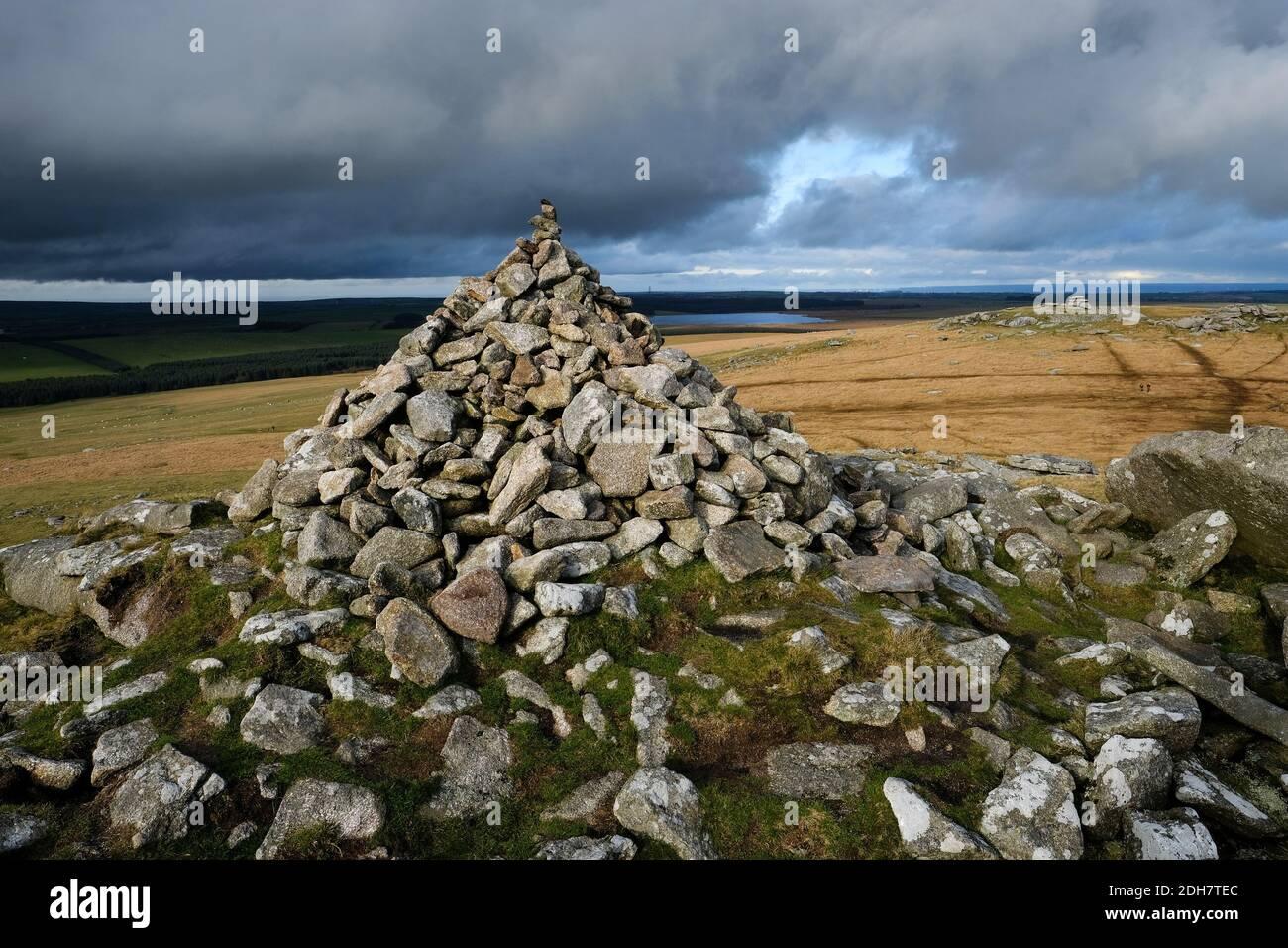 Un cairn sur Rough Tor, regardant à travers la montre Tor sur Bodmin Moor.jeudi 12 novembre 2020. Banque D'Images