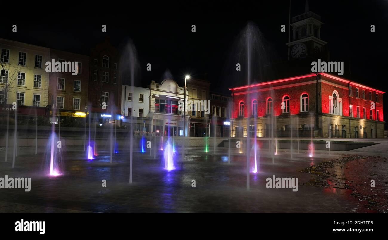 Les monuments de l'autre côté de Teesside sont devenus rouges pour marquer le jour du souvenir.ville de Stockton Hall Banque D'Images