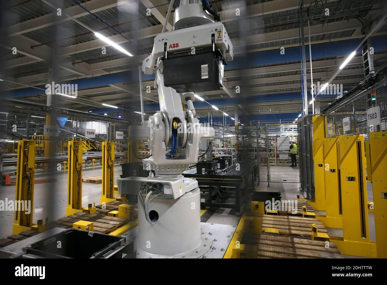 Un bras robotique en action à l'intérieur du site Amazon EMA2 à Sutton-in-Ashfield.en coulisses au site Amazon EMA2 à Sutton-in-Ashfield, dans le Nottinghamshire. Les achats en ligne ont connu une croissance rapide pendant la pandémie du coronavirus 2020, avec des magasins fermés, des lockdowns et des personnes prenant livraison d'articles au lieu de sortir. Photo prise le 25 novembre 2020 Banque D'Images