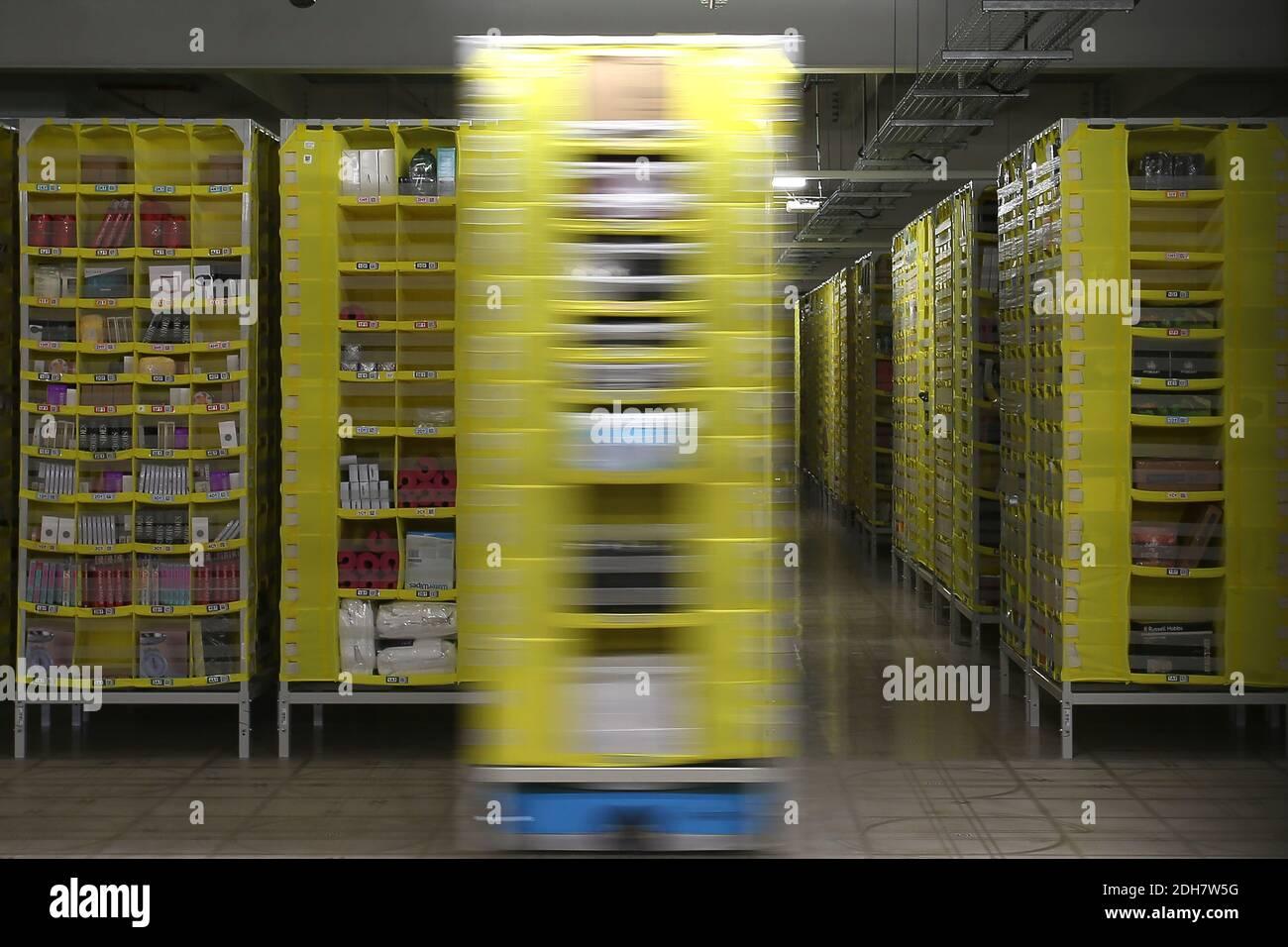 Les palettes automatisées déplacent les produits directement vers les opérateurs du site Amazon EMA2 de Sutton-in-Ashfield.dans les coulisses du site Amazon EMA2 de Sutton-in-Ashfield, dans le Nottinghamshire. Les achats en ligne ont connu une croissance rapide pendant la pandémie du coronavirus 2020, avec des magasins fermés, des lockdowns et des personnes prenant livraison d'articles au lieu de sortir. Photo prise le 25 novembre 2020 Banque D'Images