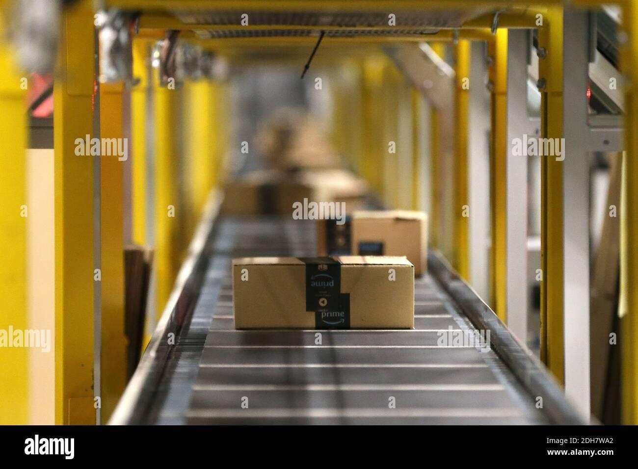 À l'intérieur du site Amazon EMA2 à Sutton-in-Ashfield.derrière les coulisses du site Amazon EMA2 à Sutton-in-Ashfield, dans le Nottinghamshire. Les achats en ligne ont connu une croissance rapide pendant la pandémie du coronavirus 2020, avec des magasins fermés, des lockdowns et des personnes prenant livraison d'articles au lieu de sortir. Photo prise le 25 novembre 2020 Banque D'Images