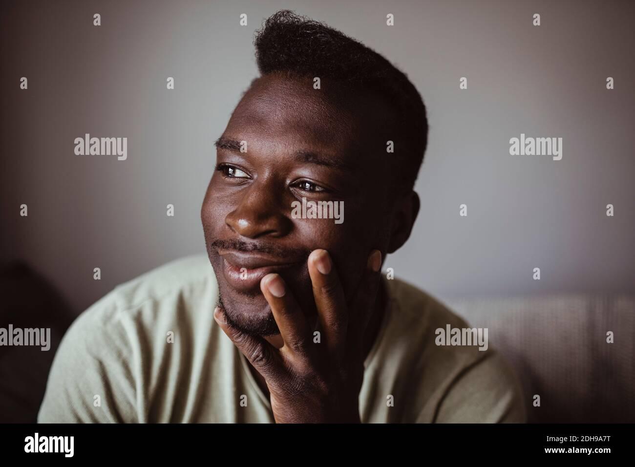 Gros plan d'un homme souriant qui regarde loin Banque D'Images