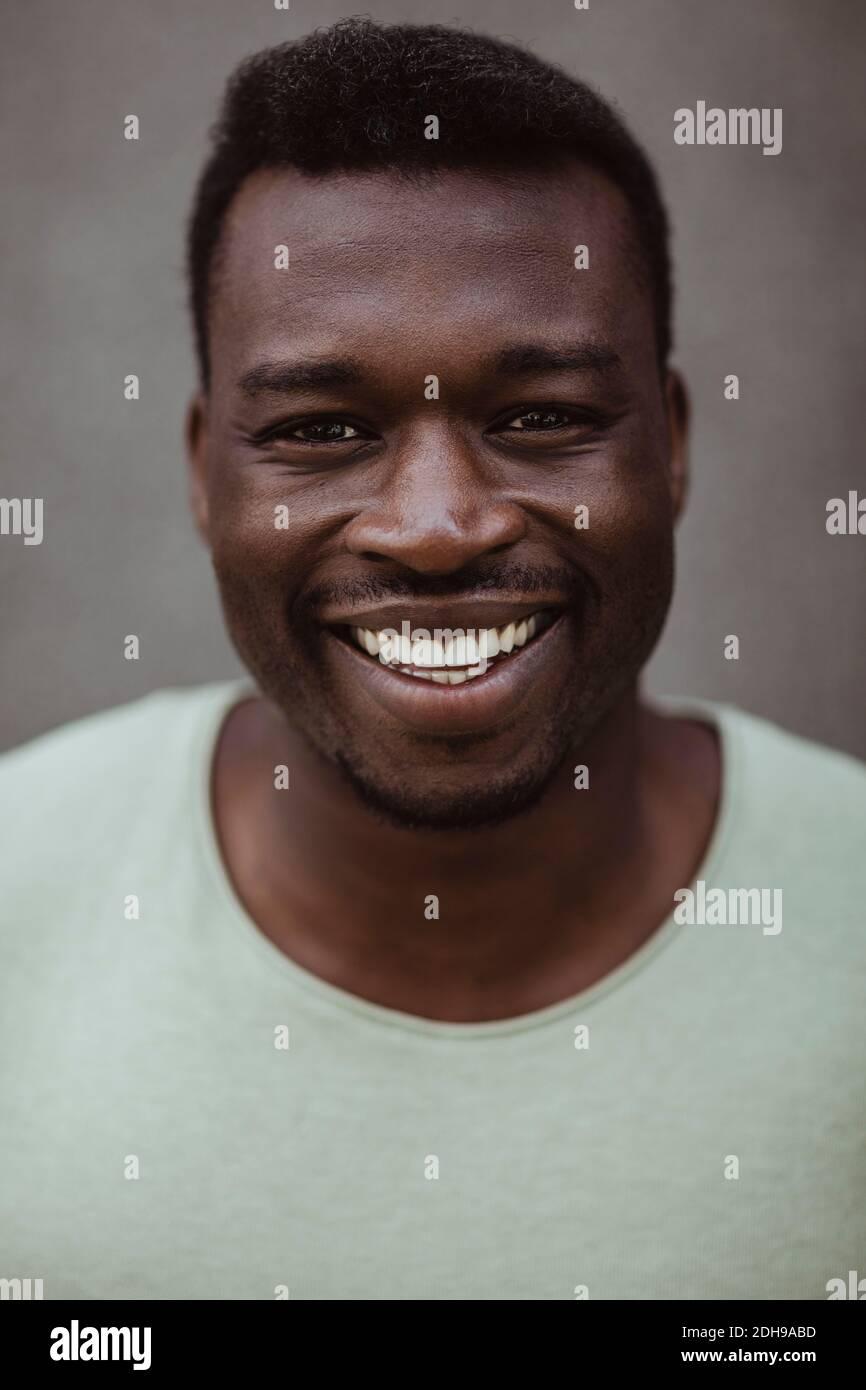 Portrait en gros plan d'un homme heureux debout à l'extérieur Banque D'Images