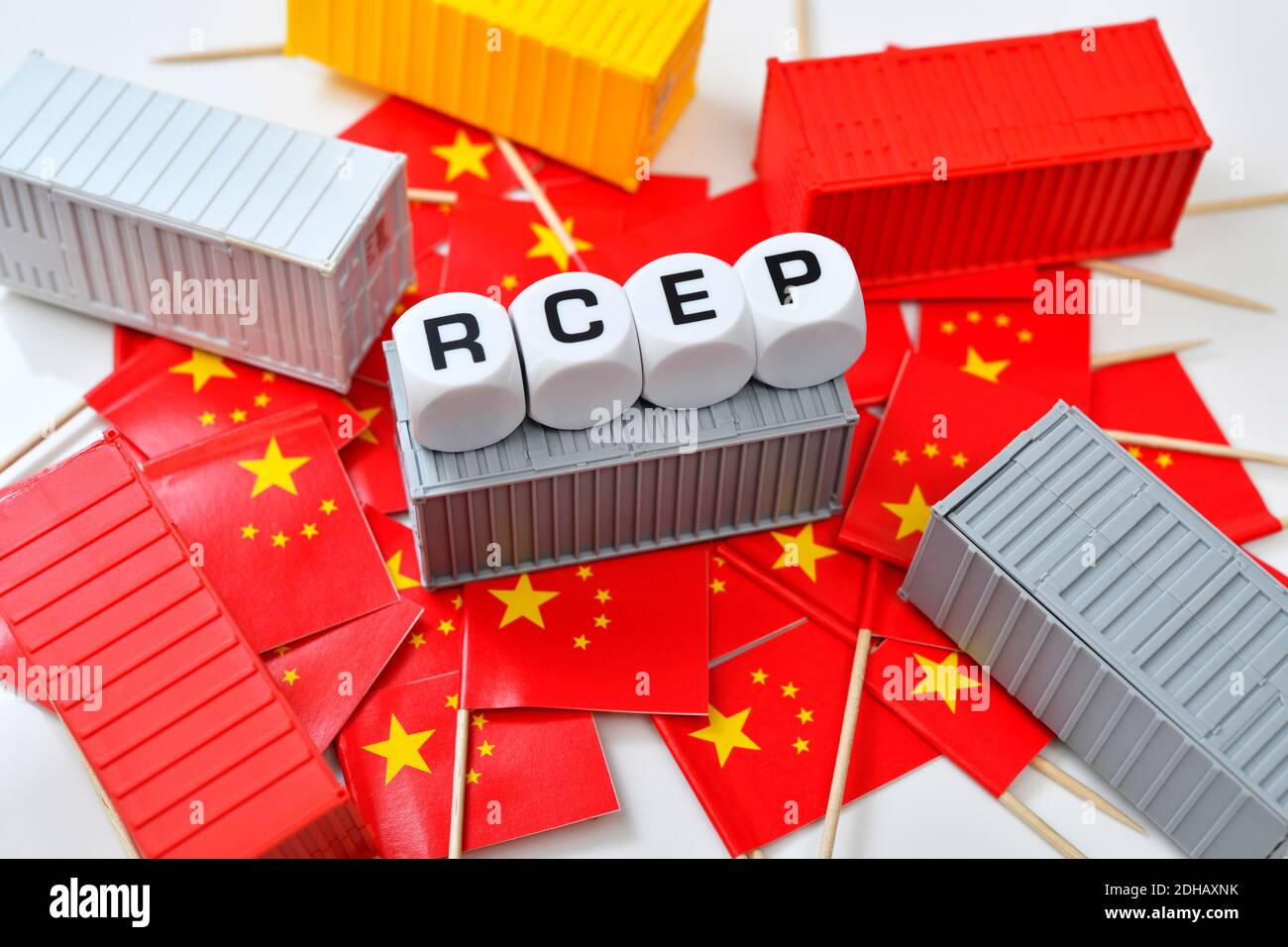 Schriftzug RCEP auf Fahnen der Volksrepublik China mit Containern, asiatisches RCEP-Freihandelsabkommen Banque D'Images