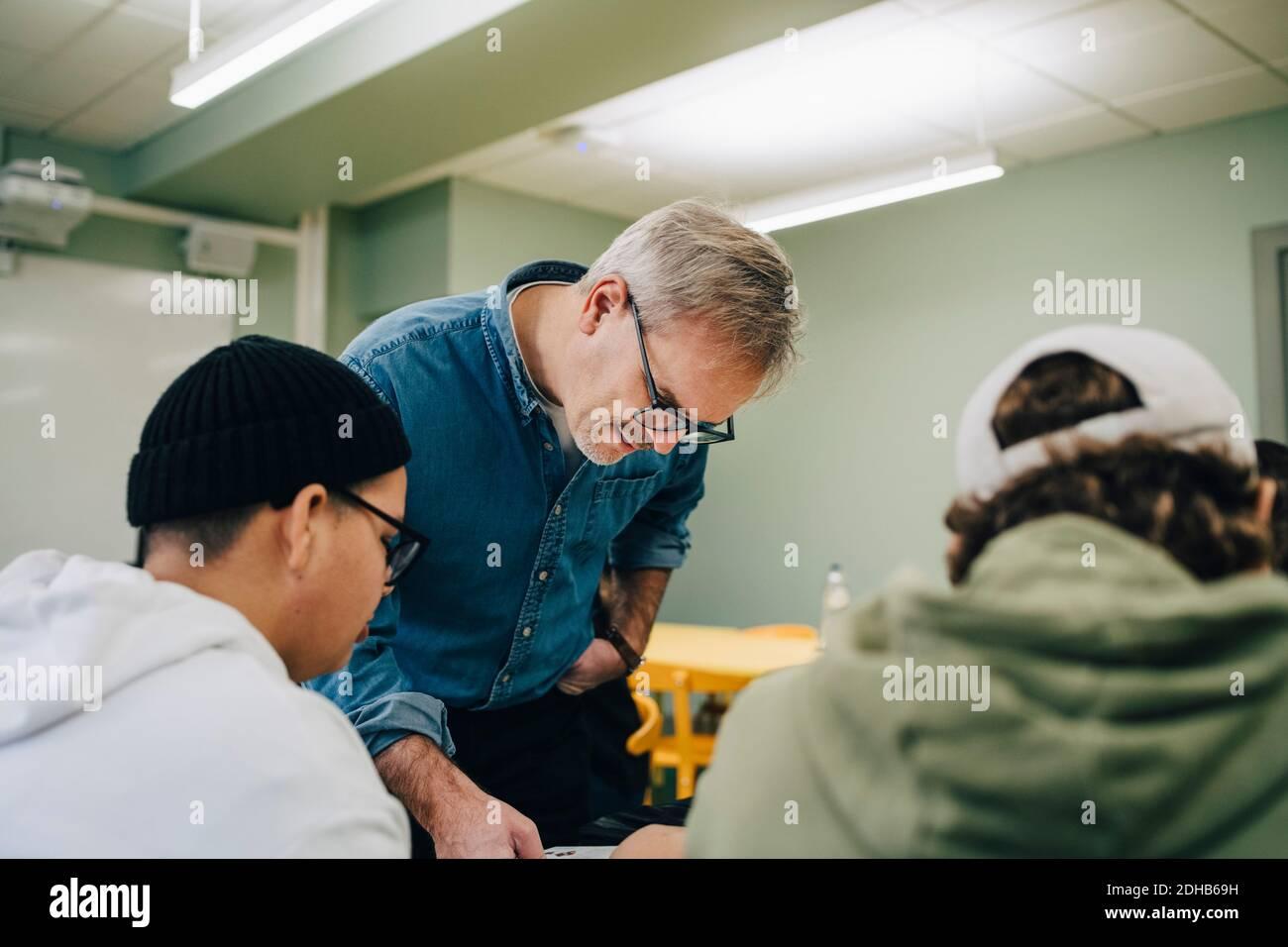 Enseignant l'enseignement aux élèves en classe Banque D'Images