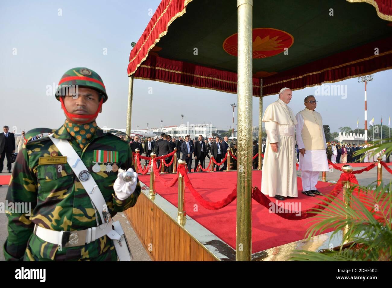 Le pape François est accueilli par le président du Bangladesh, Abdul Hamid, après son arrivée à Dhaka, au Bangladesh, pour la deuxième étape de son voyage de six jours en Asie, le 30 novembre 2017. La visite du Pape François au Myanmar et au Bangladesh se déroule du 27 novembre au 02 décembre 2017. Photo par ABACAPRESS.COM Banque D'Images