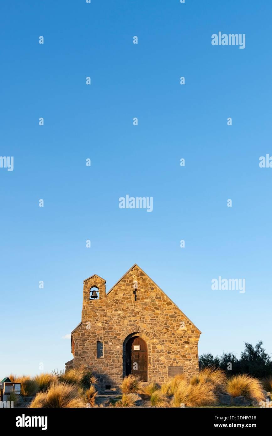 Le soleil se trouve sur le front de pierre de l'église de Good Sheppard à Tekapo., Canterbury, Nouvelle-Zélande. Banque D'Images