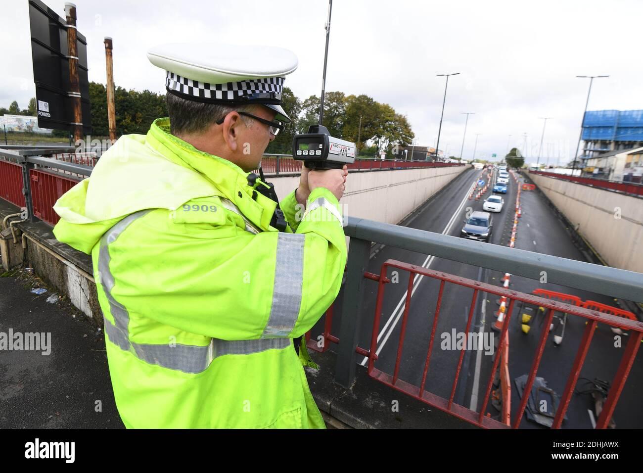Les agents de police qui vérifient la vitesse du passage inférieur de l'A34 en tant que responsables des transports ont lancé une répression contre les automobilistes qui accélèrent les travaux sur route à 20 km/h aux intersections d'Aldridge Road et de l'A34 pour faire place à une régénération majeure. Des officiers de la police des West Midlands réaliseront régulièrement des contrôles de vitesse en tant qu'entrepreneurs en service en train de faire des travaux de rachat autour de la région de Perry Barr, Birmingham, les Midlands, Angleterre. Banque D'Images