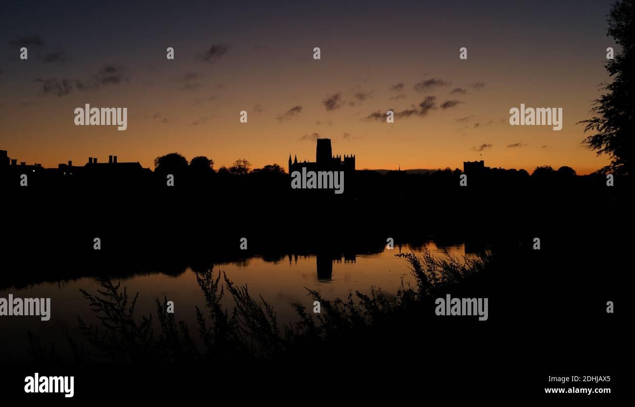 Un coucher de soleil d'automne près des rives de la rivière Wear dans la ville de Durham. Photos de la cathédrale de Durham photo prise le 16 octobre 2020 Banque D'Images
