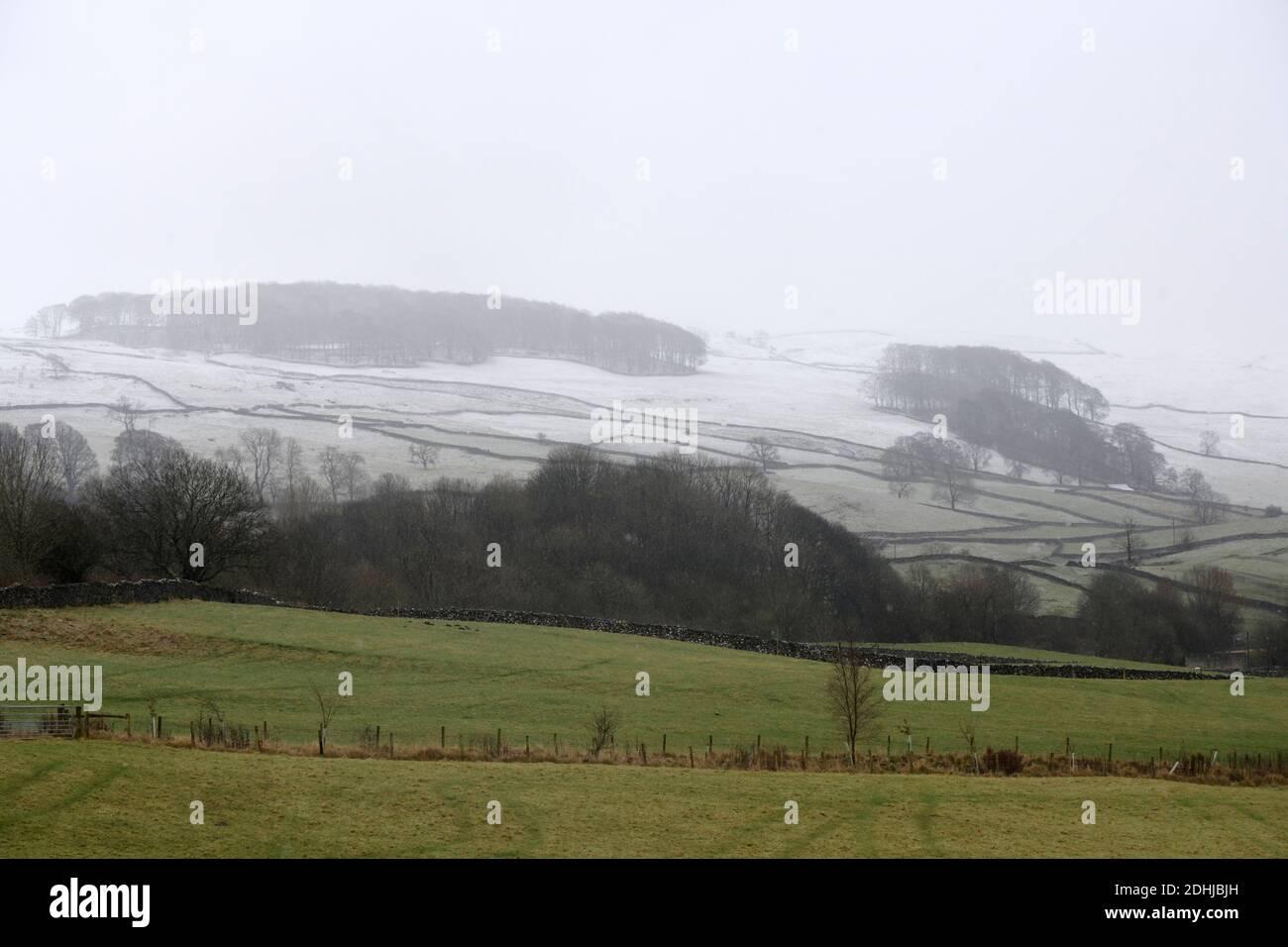 La photo est une scène neigeuse dans les Yorkshire Dales au-dessus de la montagne. Météo neige hiver neige neige neige neige neige neige neige Banque D'Images