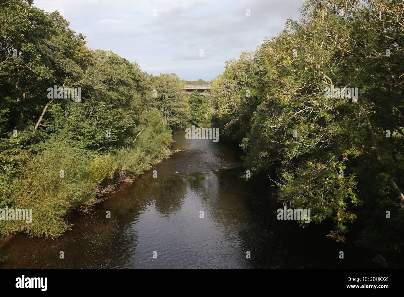 La rivière Coquet passe sous le pont routier A697 au pont Weldon. Samedi 3 octobre 2020. Banque D'Images
