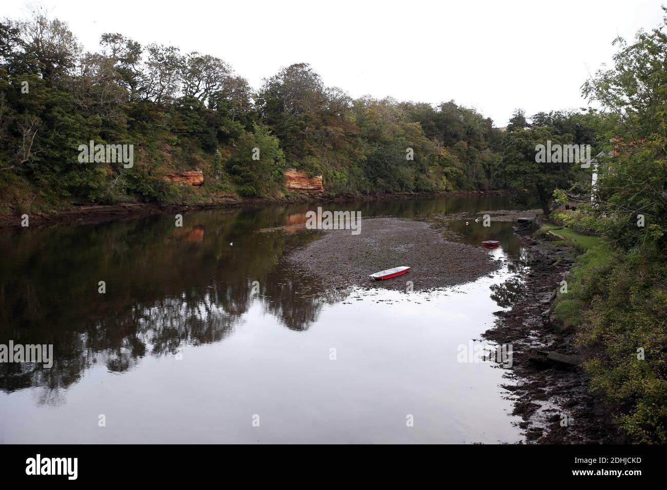 La rivière Coquet. Un bateau à rames se trouve sur le lit de la rivière à marée basse à Warkworth.samedi 3 octobre 2020. Banque D'Images