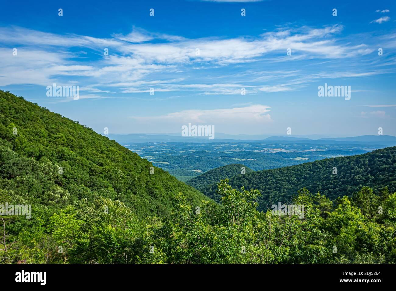 La vue depuis la montagne Taylor donne sur la Blue Ridge Parkway près de Roanoke, Virginie. Banque D'Images