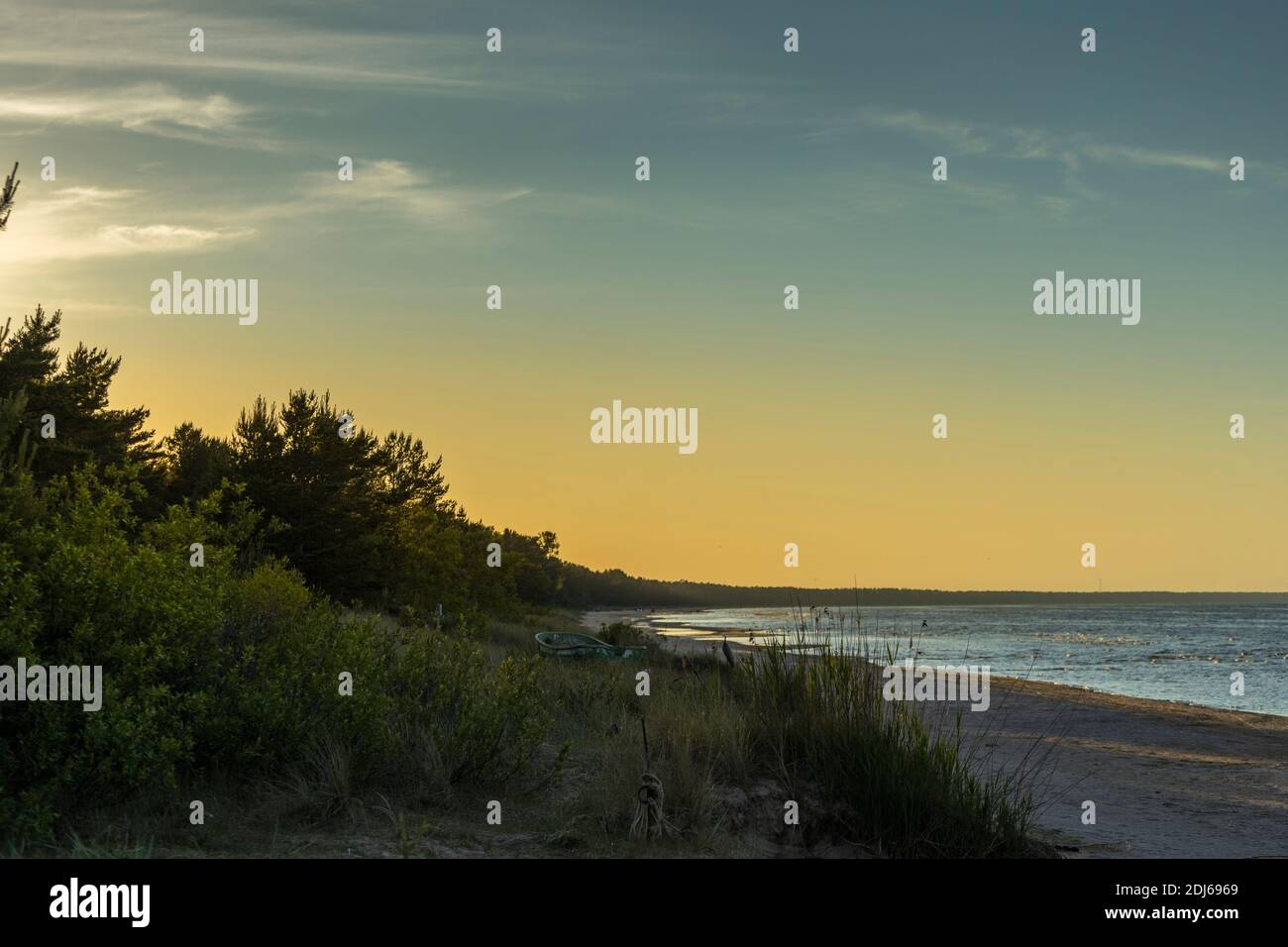 Mer Baltique au beau lever du soleil sur la plage de Lettonie. Banque D'Images