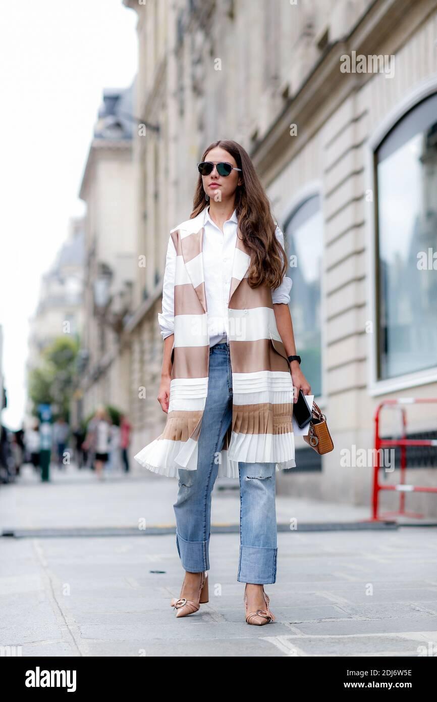 Street style, en arrivant au Dior automne-hiver 2016-2017 haute Couture show tenu à l'Avenue Montaigne, à Paris, France, le 4 juillet 2016. Photo de Marie-Paola Bertrand-Hillion/ABACAPRESS.COM Banque D'Images