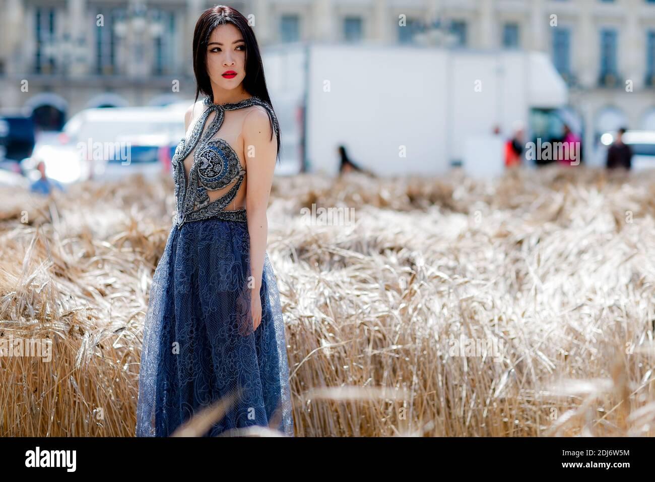 Street style, arrivée au salon Schiaparelli automne-hiver 2016-2017 haute Couture qui s'est tenu à la place Vendôme, à Paris, en France, le 4 juillet 2016. Photo de Marie-Paola Bertrand-Hillion/ABACAPRESS.COM Banque D'Images
