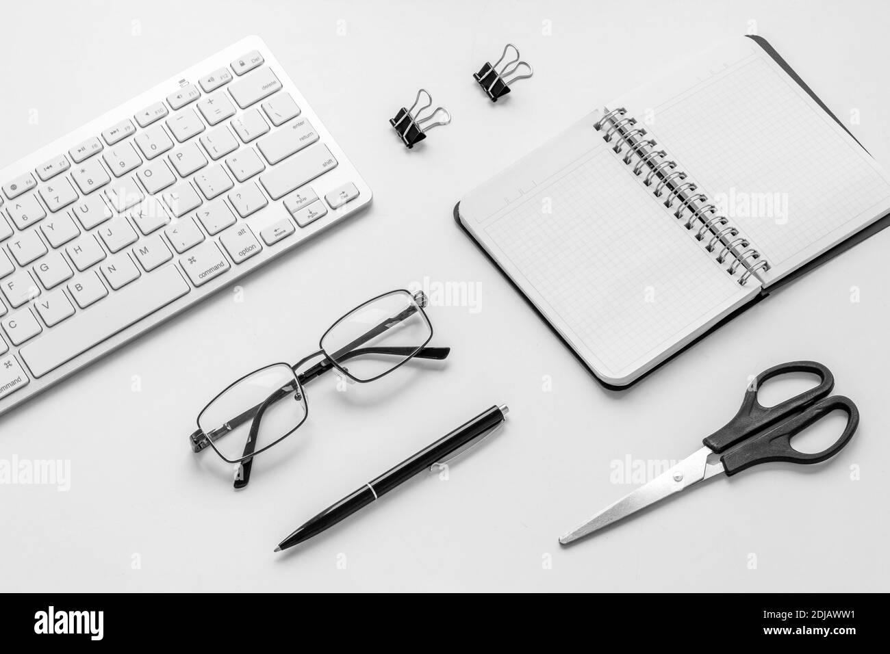 Table de bureau à plat - espace de travail avec ordinateur portable et fournitures de bureau Banque D'Images