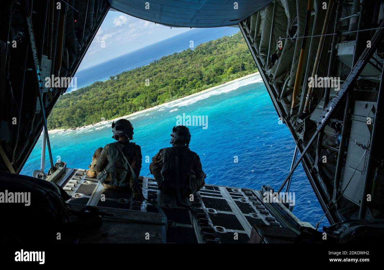 U.S. Air Force SSgt. Hector Frietze, right, and SrAirman John Allum, left, 36th Airlift Squadron loadmasters, prepare to airdrop bundles of donated goods during Operation Christmas Drop 2020 December 7, 2020 onto Angaur, Republic of Palau. Operation Christmas is the longest-running humanitarian airlift operation begun in 1952 to assist remote islanders scattered across 50 islands in the Pacific. Banque D'Images