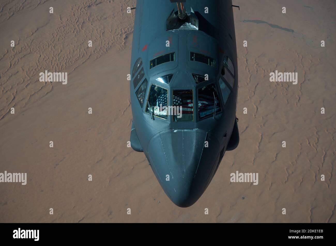 Un bombardier stratégique B-52 Stratofortress de la 2e Escadre Bomb de la U.S. Air Force est ravitaillé à partir d'un avion KC-135 Stratotanker lors d'une mission de la Force opérationnelle bombardier de plusieurs jours le 10 décembre 2020 au-dessus du Qatar. Le bombardier a été déplacé dans la région à la suite d'une augmentation des tensions avec l'Iran. Banque D'Images