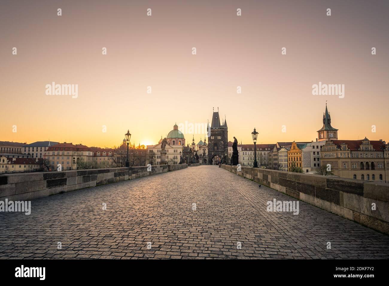 Pont Charles au lever du soleil, tour du pont de la vieille ville, Prague UNESCO, république tchèque, Europe - Vieille ville Banque D'Images