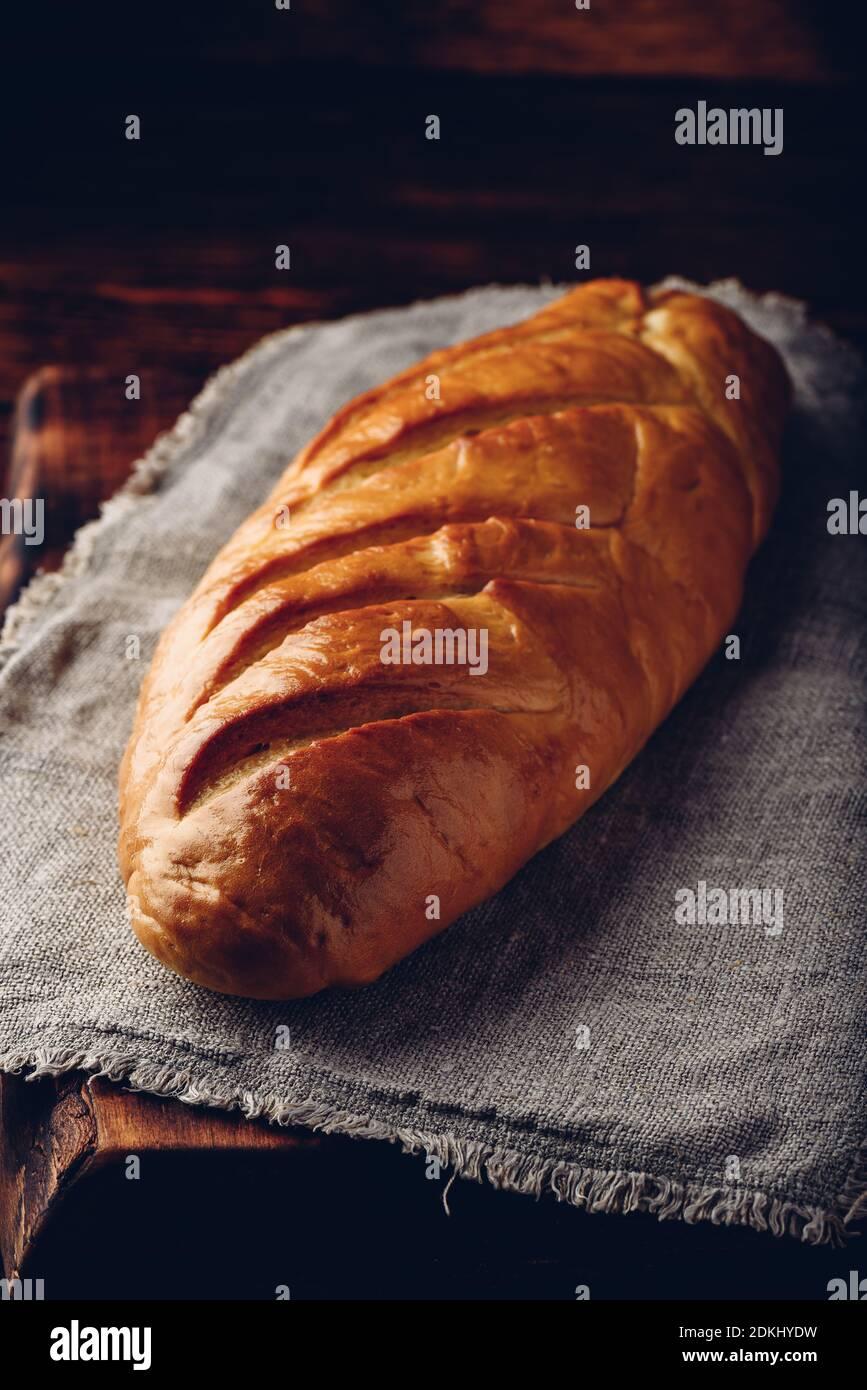 Une miche de pain sur une table en bois Banque D'Images