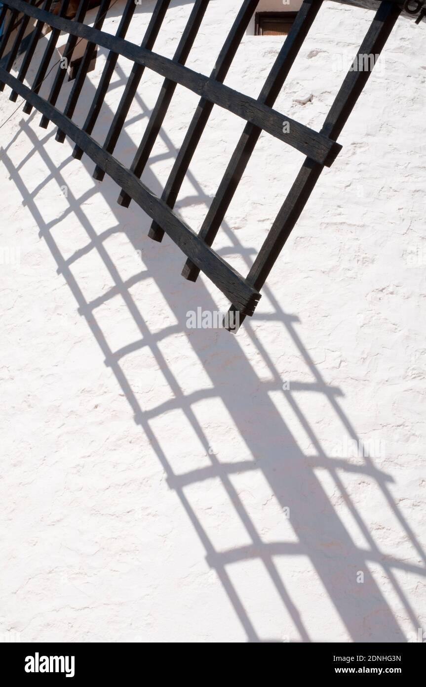 Détail de moulin arm et son ombre. Campo de Criptana, Ciudad Real province, Castilla La Mancha, Espagne. Banque D'Images