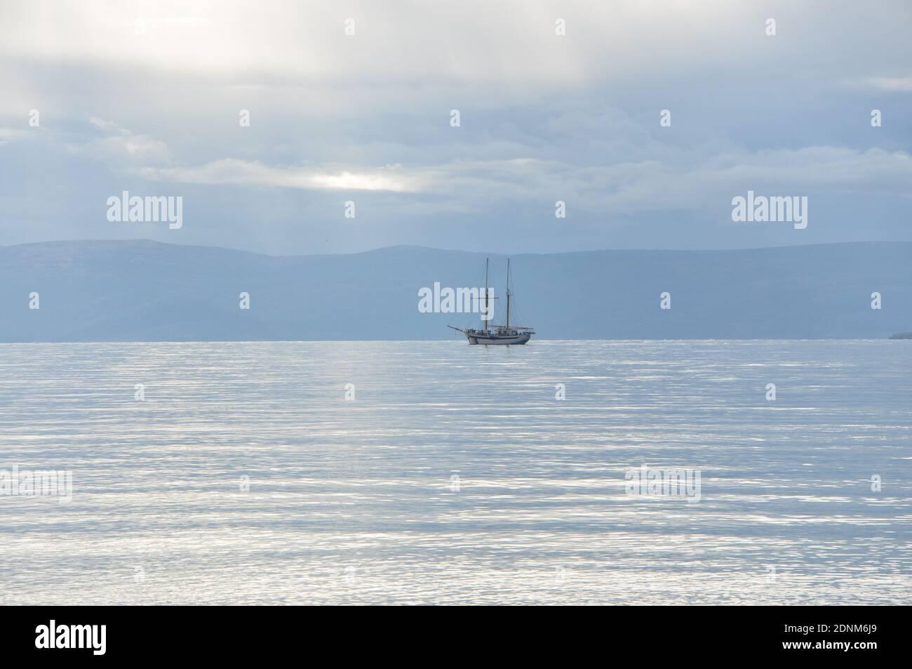 Bateau à voile dans la mer Adriatique. Voilier sur la plage. Mer Adriatique. Silhouette du bateau sur la mer. Banque D'Images