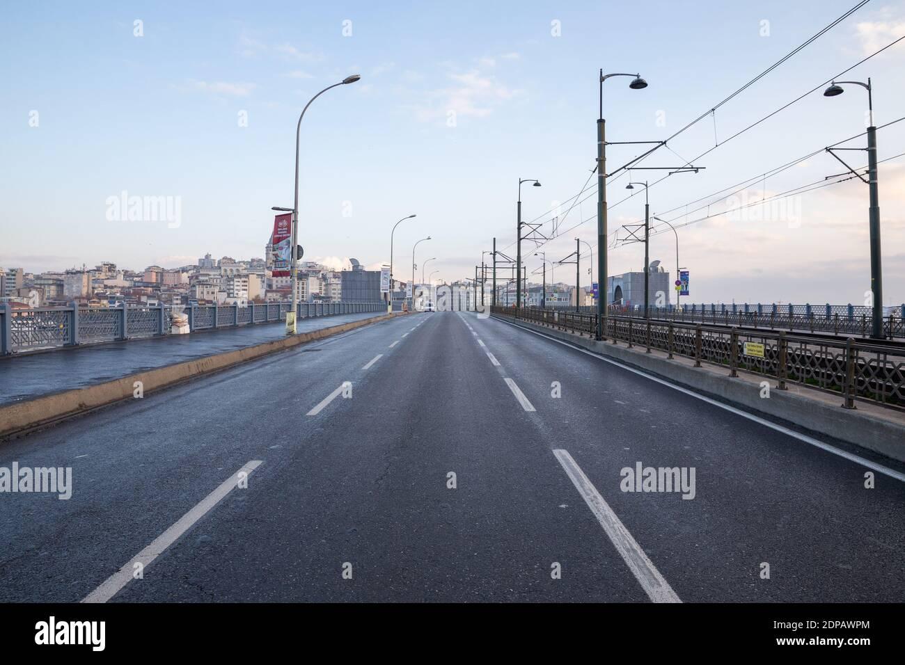 Vue depuis le pont de Galata, Istanbul en Turquie, le 6 décembre 2020. Les rues d'Istanbul, qui sont vides en raison du couvre-feu le week-end. Banque D'Images
