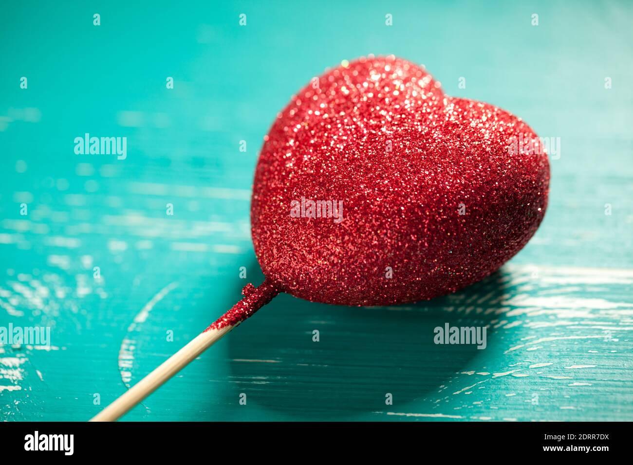 Gros plan sur une table turquoise à motif coeur scintillant. Ce fichier est nettoyé et retouché. Banque D'Images